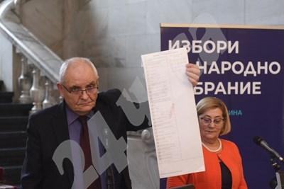 Говорителите на ЦИК Димитър Димитров и Таня Цанева показват бюлетината за парламентарните избори на 4 април.