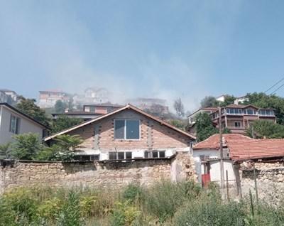 Пожарникари гасиха старо сметище в Кърджали (Снимки)