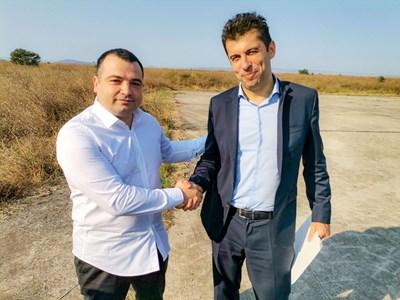 """Новият лидер на партия """"Средна европейска класа"""" Константин Бачийски и Кирил Петков при посещението на бившия министър в индустриална зона до Бургас в края на август. СНИМКА: ФЕЙСБУК НА ПАРТИЯ СЕК"""