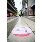 Кадър от Швеция с послание за спазване на дистанция от 2 метра Снимка: Ройтерс