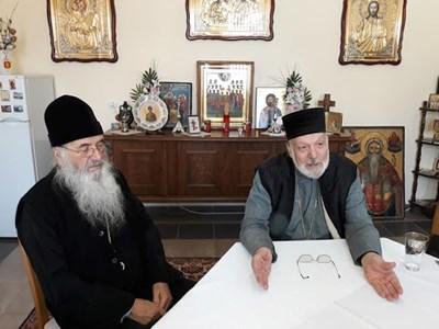 От ляво на дясно: отец Добри Чаков и митрополит Амвросий. Снимка: Авторът