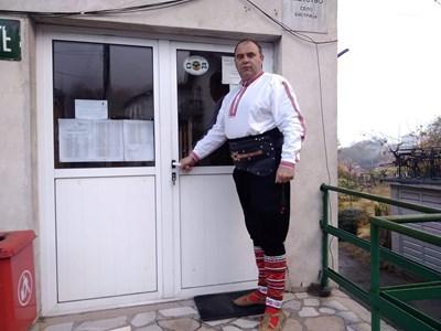 Кирил Огненски пред кметството на село Бистрица