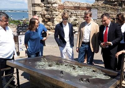 Николай Димитров показва на госта си макета на полуострова, по който туристите могат да се ориентират за най-атрактивните маршрути.