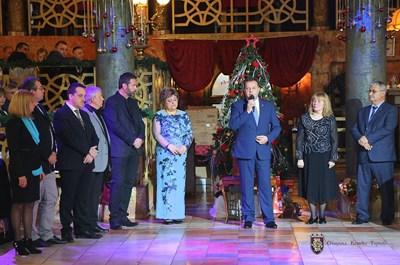Даниел Панов и съпругата му Даниела лично поздравиха всички над 400 гости. СНИМКА: Община Велико Търново