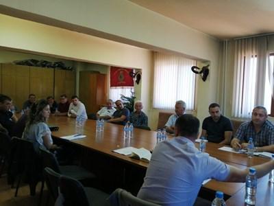 На среща обсъдиха възстановяването на пътя от Сатовча до Сърница.