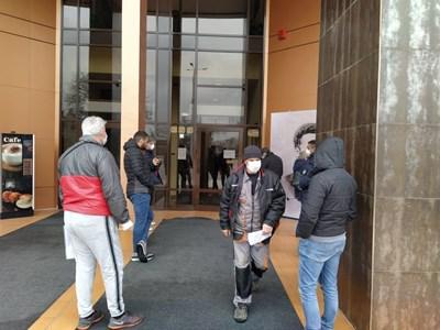 Гражданите чакат отвън на дистанция и се пускат по един или двама.