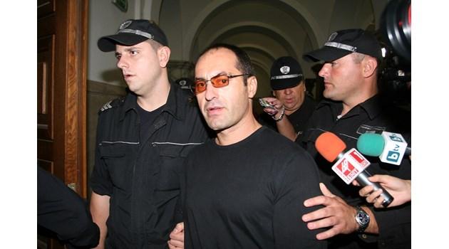Фаталната грешка на Пелов: Прострелва Панчев, приближава, сваля си качулката. Тогава Дебелия измъква пистолет и с три изстрела го убива