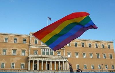 Знамето с цветовете на дъгата пред гръцкия парламент СНИМКА: РОЙТЕРС