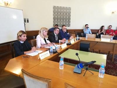 Регионалният министър Петя Аврамова с нейния заместник Николай Нанков и шефът на толуправлението Олег Асенов бяха изслушани от ресорната комисия. СНИМКА: Мария Милкова