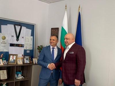 Валентин Милушев разказва на министър Красен Кралев за футболния турнир, който организира в  с. Говедарци.