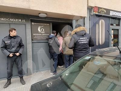 Пред сградата са служители от Комисията за противодействие на корупцията СНИМКИ: Анелия Перчева  СНИМКА: 24 часа