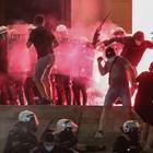 Сърби замерят с бомбички полицаи пред парламента в Белград.