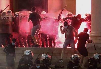 Сърби замерят с бомбички полицаи пред парламента в Белград. СНИМКА: РОЙТЕРС