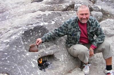 Археологът проф. Николай Овчаров демострира как действа древния аналог на днешния котлон. СНИМКА: Ненко Станев