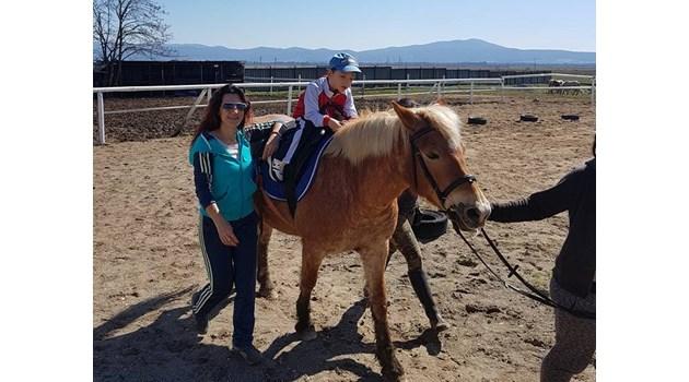 Социалните отнемат инвалидна количка на дете с церебрална парализа