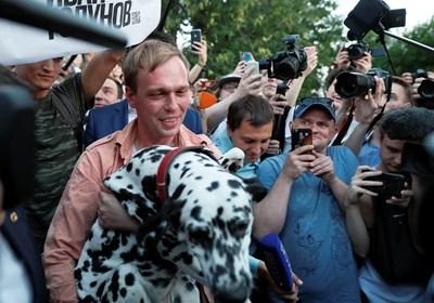 Голунов се радва на кучето си след излизането от ареста. СНИМКА: РОЙТЕРС