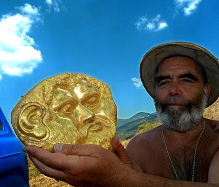 Георги Китов със златната  маска на Терес