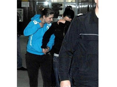Фалшификаторките крият лицата си в районния съд в София.  СНИМКИ: ХРИСТО РАХНЕВ