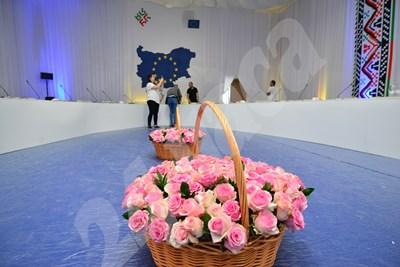 Нежни рози красят залата, в която ще вечерят днес евролидерите в София. СНИМКИ: Йордан Симеонов СНИМКА: 24 часа