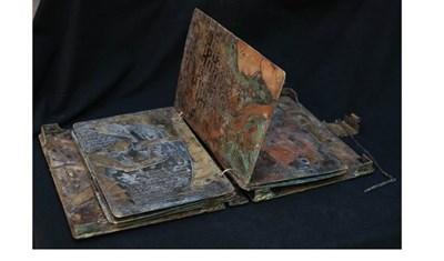 Така изглежда бронзовата книга на художничката. СНИМКИ: ЛИЧЕН АРХИВ