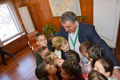 Децата вкупом прегърнаха кмета инж.Дилян Млъзев
