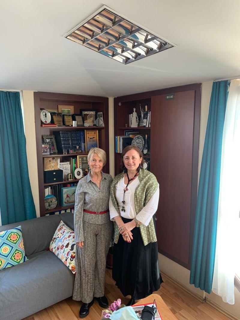 Авторката Нахиде Дениз с проф. Несрин Йозьорен (вдясно) в Истанбул