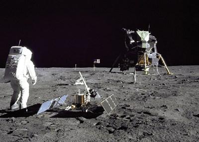 Кадри от кацането на Армстронг и Олдрин през 1969 г.