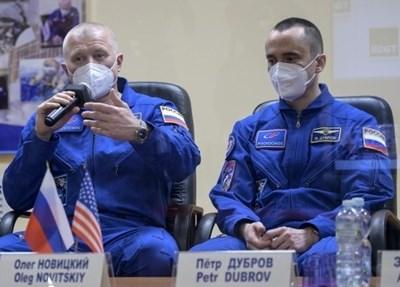 """Руските космонавти Олег Новицки и Пьотр Дубров отвориха люка на стиковъчния отсек """"Поиск"""" на Международната космическа станция (МКС) и пристъпиха към първата си космическа разходка за 2021 г."""