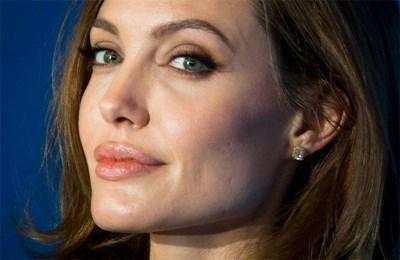 Анджелина Джоли рядко използва червило. В повечето случаи слага безцветен гланц или вариант със съвсем блед тон.