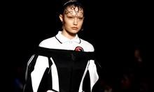 """Виктория Бекъм и """"Бърбъри"""" представиха колекциите си на Лондонската седмица на  модата"""