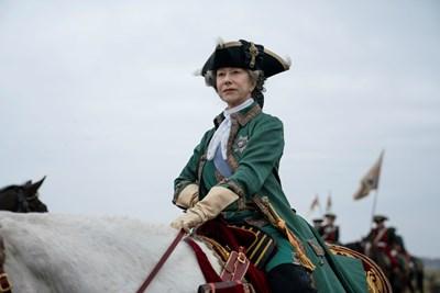 Актрисата като владетелката на Руската империя, чието управление  се определя като златен век.   СНИМКИ: НВО