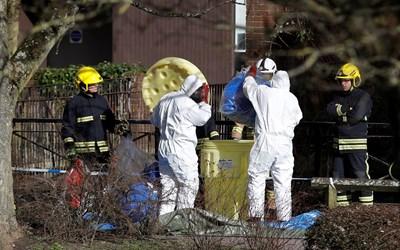 Разследващи търсят следи от новичок в Солсбъри.