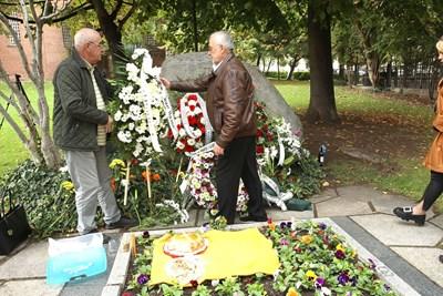 Директорът на Народния театър Мариус Донкин (вдясно) поднесе венец на партона на трупата. СНИМКА: Божидар Марков