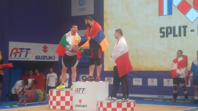 Васил Господинов получава поздравления от шампиона Мартиросян. СНИМКА: Георги Банов