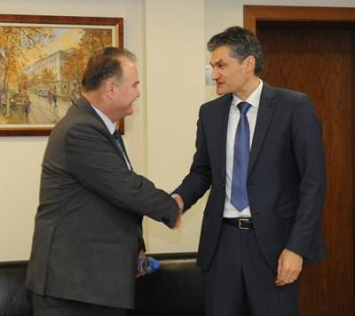 Светлин Михайлов (вляво) и Евгени Георгиев се здрависват преди началото на избора на нов председател на СГС. Снимка ДЕСИСЛАВА КУЛЕЛИЕВА