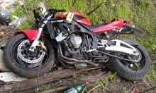 Кола рани моторист на завой и го прати в болница