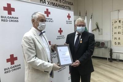Здравният министър Кирил Ананиев получи отличието от председателя на БЧК акад. Христо Григоров.