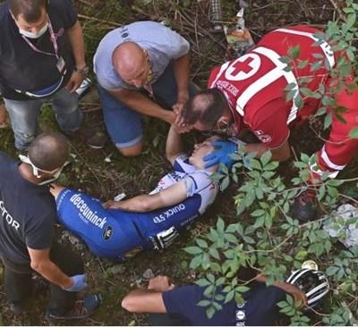Колоездач със счупен таз и увреден бял дроб след падане от мост на състезание в Италия