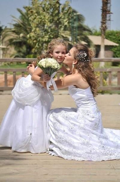 Стилияна като шаферка на сватбата на сестра си Паола, която започва да я тренира от 5-годишна в залата за художествена гимнастика на клуба на майка им в Египет.