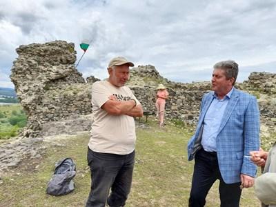 Проф. Овчаров (вляво)  разказва на президента Георги Първанов за замъка. СНИМКА: Архив на експедицията