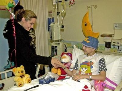 Холивудската звезда Анжелина Джоли посещава център за болни от рак деца в Бейрут. СНИМКА: РОЙТЕРС