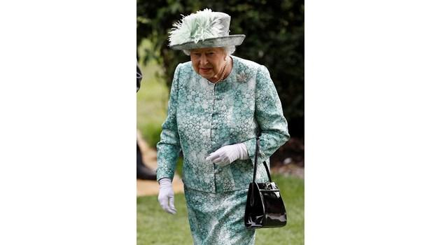 Разкрития за любовния живот на кралица Елизабет II разгневиха британската аристокрация