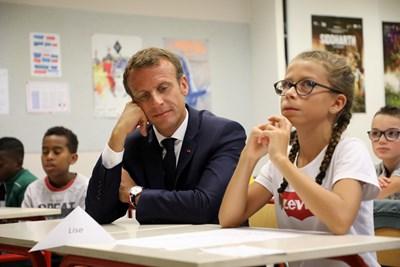 Еманюел Макрон седна на чина в училище в Лавал СНИМКИ: Ройтерс