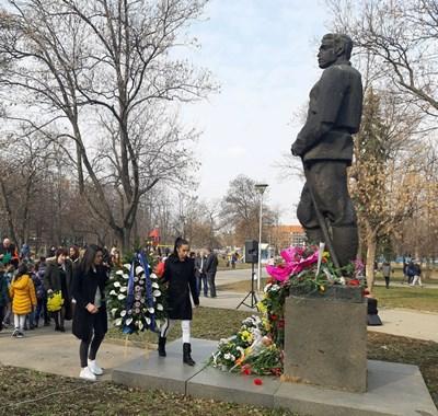 """Европейските шампионки по борба Мими Христова (вляво) и Миглена Селишка поднасят венец на паметника на Левски на """"Герена""""."""
