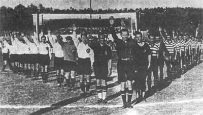 """Скандалният първи финал на първенството през 1942 година. И двата отбора поздравяват по хитлеристки, въпреки твърденията на македонците, че не са го правили никога. Те са в светлите екипи вляво от съдията. """"Левски"""" е с раираните.  СНИМКИ: АРХИВ"""