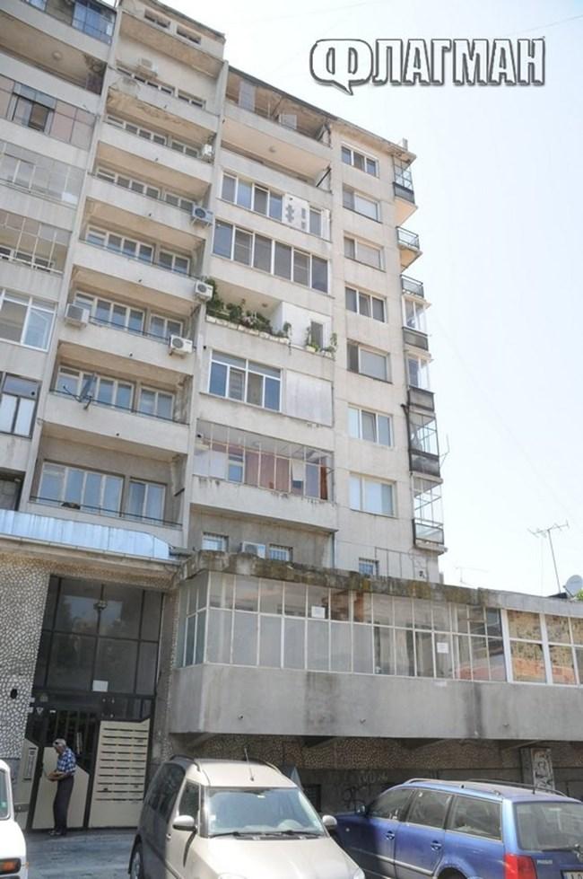 09ebd780750 Целите прозорци на жилището на Георгиева е старателно облепено с листи. Тя  страда от шизофрения, била е лекувана в Ценътра за психично здраве, ...