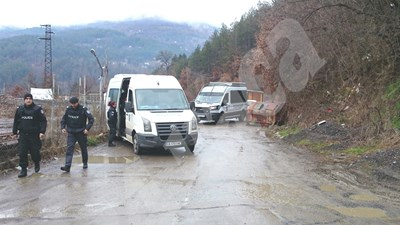 Полицейски проверки на входа на село Луково СНИМКИ: Пиер Петров СНИМКА: 24 часа