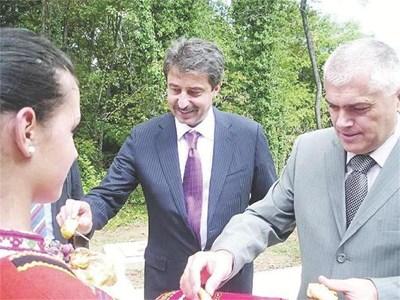 """Шефът на Корпоративна банка Цветан Василев и зам.-военният министър Валентин Радев откриват инсталацията на """"Дунарит"""" за унищожаване на стари боеприпаси."""