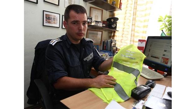 """Инспектор Златанов им сложи жилетките """"Антиконфликт"""""""