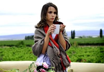 """Звездата от """"Клонинг"""" Дебора Фалабела играе ролята на целеустремена и мистериозна млада жена."""